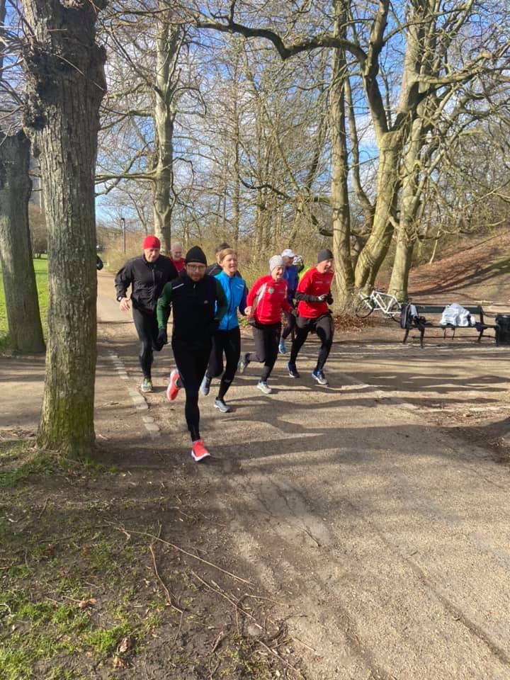 10 løbere passerer over ved starten lørdag formiddag.